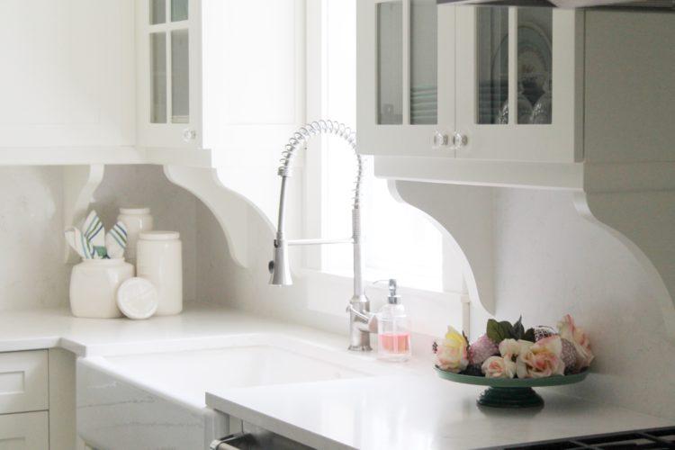 white_kitchen_farmhouse_cobel_glassknob