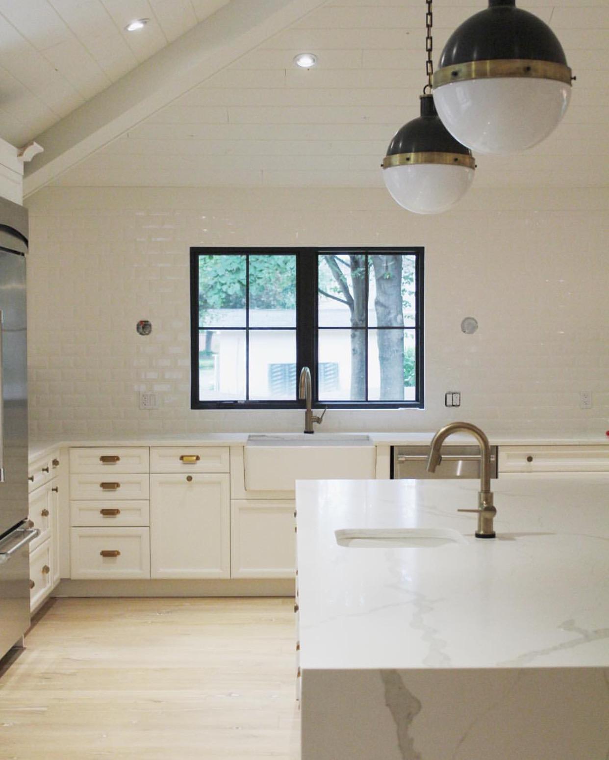 white_kitchen_waterfall_island_marble_quartz_subwaytile