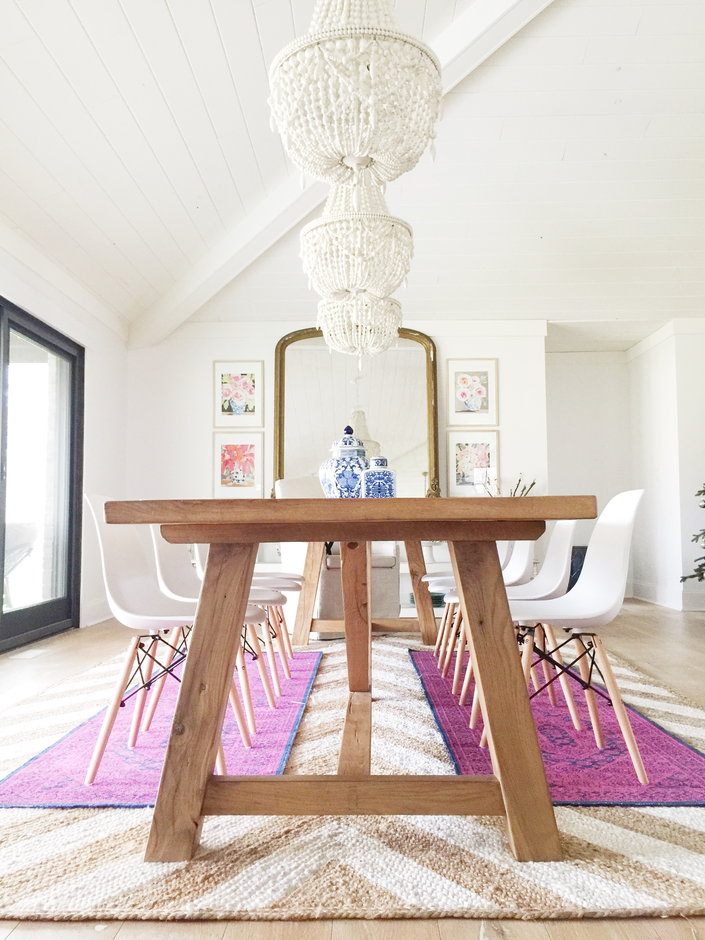 farmhouse_table_modern_chairs_chandeliers_boho_kilim
