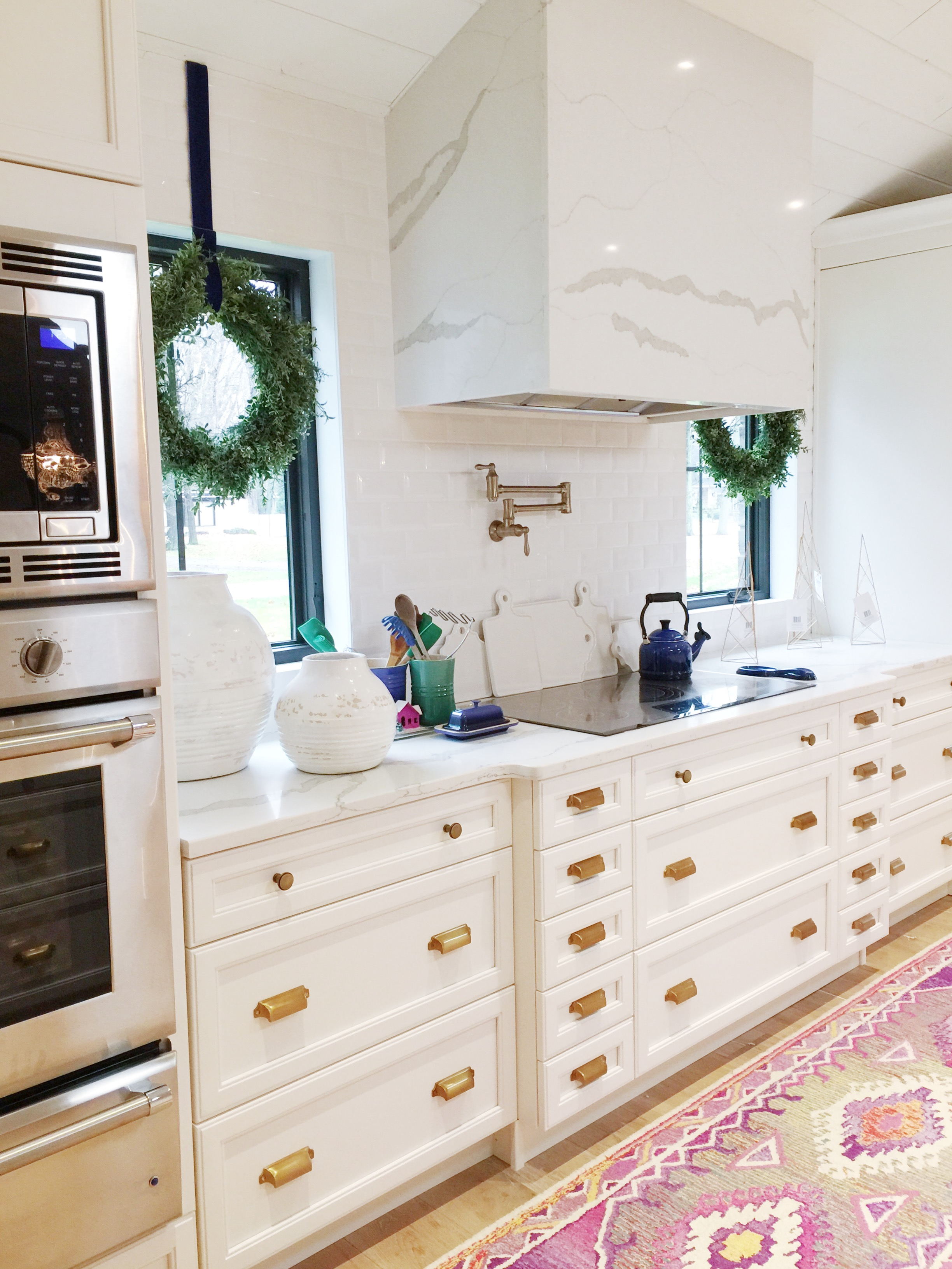 holiday_decor_in_the_kitchen_pottery_barn_brass_hardware_stone_hood