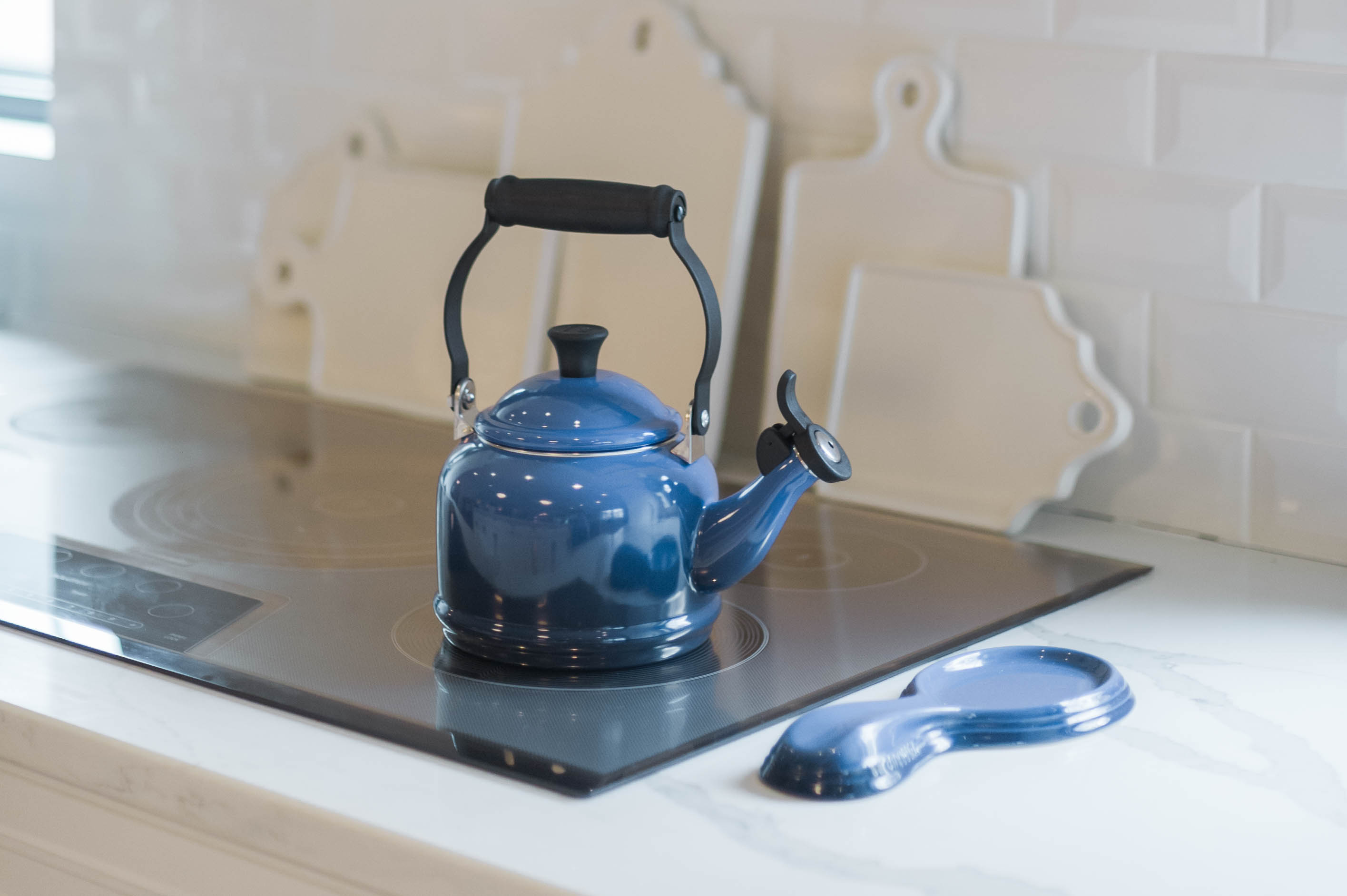 lecreuset_kettle_spoon_rest_thermador_induction_cooktop
